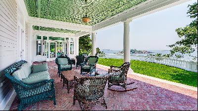 Veranda furnishing ideas inspired by a New England porch