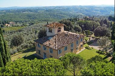 Villa Perle, a classic Tuscan villa surrounded by vineyards and olive groves