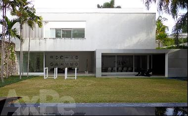 Astonishing contemporary home designed by Isay Weinfeld