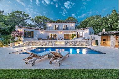 Beautifully renovated villa for sale in Mougins in a private domain.