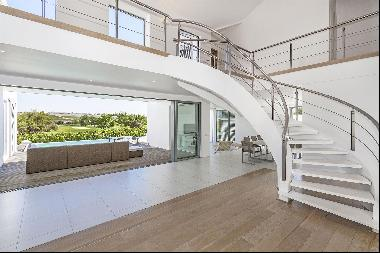 MINIMALISTIC AND LUXURY AT ITS BEST IN THE EXCLUSIVE DE ZALZE WINELANDS GOLF ESTATE.