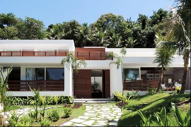 Contemporary beach home in historical Paraty
