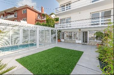 Villa, implanted in a 460 sqm lot, with a 349 sqm gross area converted into apartments.Th
