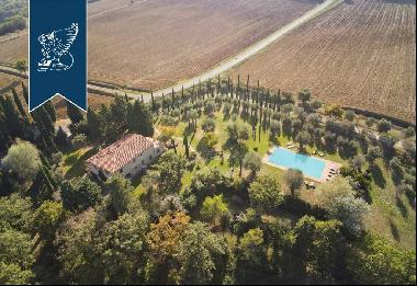 Stunning farmhouse with swimming pool for sale in Siena