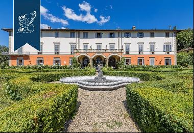 Wonderful apartment in a villa with frescoed ceilings for sale in Florence