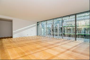 In a prime location with a view of the river, this 3 bedroom duplex apartment benefits fr