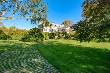 Built in the heyday of 19th century Hamptons summer society with the sound of ocean waves