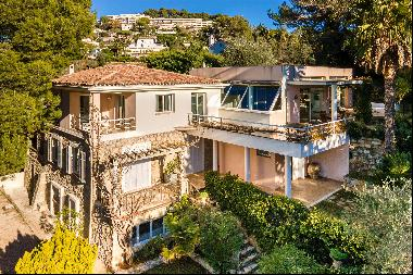 Beautiful villa located on the heights of Cannes close by car to the Croisette and the bea