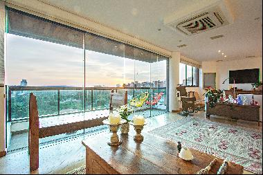 Duplex penthouse with impressive views of the green and skyline
