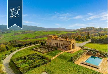 Charming farmstead with pool for sale in the province of Pisa