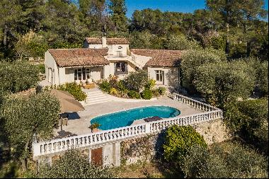 Beautifully-appointed Provencal villa situated in a peaceful position whilst being within