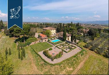 Luxury villa with big park surrounded by hills in the Chiana Valley