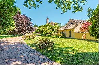 Magnificent property surrounded by greenery in Pavia