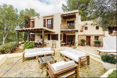 Seven bedroom country home with large garden and plot in the centre of the island.