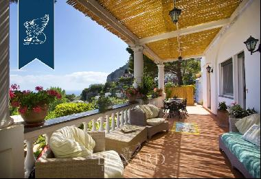 Luxury villa with pool for sale with charming views of Sorrento's peninsula