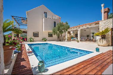 Spacious villa with sea view in Dubrovnik's countryside