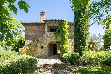 This charming Tuscan farmhouse sits in stunning and unspoilt countryside along the road le
