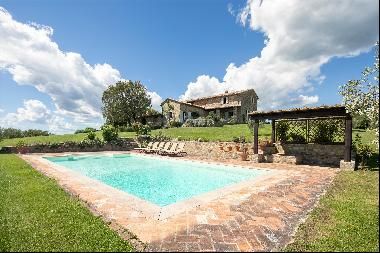 Private and charming 4 Bedroom farmhouse with outstanding views immersed in vineyards clos