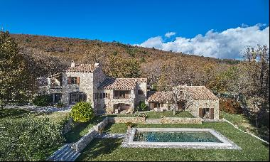 On approx. 25 hectares of grounds situated between Mons and Fayence, a superb property com