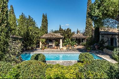 Superb house for sale in Eygalières, on a large park of 2.7 ha.