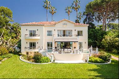 A prestigious residence located on the seafront, on the West side of the prestigious Cap d