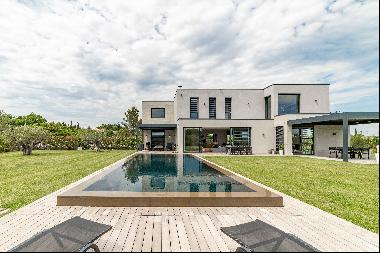Exceptional modern villa with 360° view for sale in Uzès.