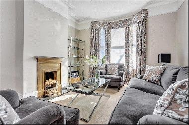 A wonderfully refurbished period house of 1800sq ft set in a quiet street offering a priva