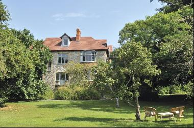 Imposing 7 bed Grade II listed townhouse in Glastonbury BA6