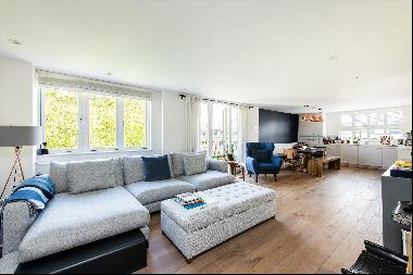 A lateral 4 bedroom apartment with balcony and parking for sale in Hyde Park Square, W2