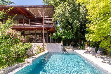 This magnificent property situated in Uzès enjoys a select location 100 metres from the Pl