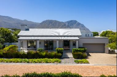 AN EXCEPTIONAL AND SMART SINGLE LEVEL HOME IN GOLF ESTATE