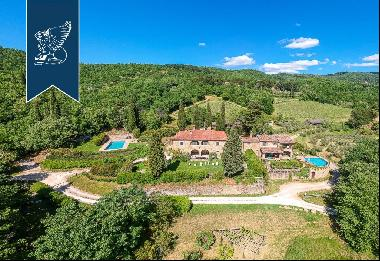 Small Tuscan hamlet for sale with wonderful panoramic views around the town of Arezzo