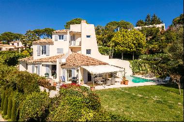 Situated in a peaceful and secure domain, this charming villa enjoys a beautiful view over