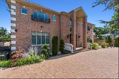 Glamorous Home in Holliswood, Queens. Newly Renovated 2020 this home boasts gleaming stone