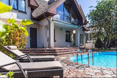 House with swimming pool in the centre of Palanga