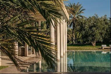 Contemporary villa offering five suites, set on a plot of 20,000 sq m.