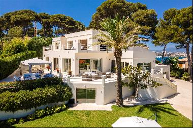The villa is superbly located on a plot of 0.23 ha with Mediterranean trees facing the sea