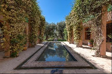 Charming villa with exceptional garden and four suites, set on a plot of 7,000 sq m.