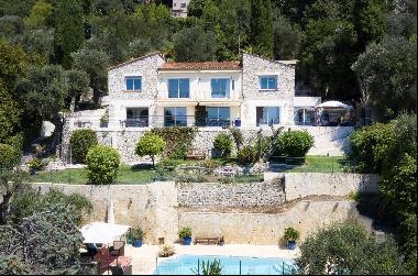 Villa with spectacular sea views located on the heights of Villefranche sur Mer.