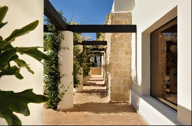 Contemporary villa offering four suites, on a plot of 5,000 sq m, a short distance from th