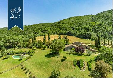 Wonderful farmstead with old farmhouses and 80 hectares of grounds in the Tuscan countrysi