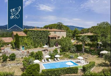 Farmhouse with over 100 hectares of grounds in the stunning Tuscan countryside