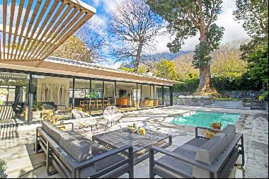Tasteful beyond in Hiddingh, complete with mountain views and an elegant flatlet