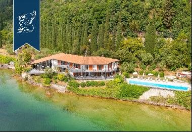 Luxury estate for sale in a breathtaking context with access to the beach