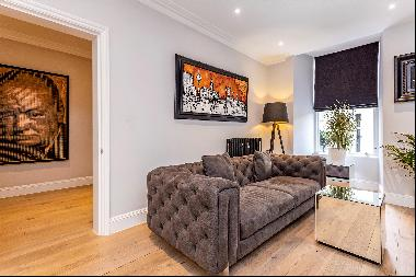 A fine example of a beautifully renovated apartment within a magnificent Grade I listed Ge