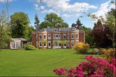Beautifully presented family home on the prestigious 'main island' of  the Wentworth Estat