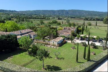 Superb charming property of 3.5 ha in the countryside of Bonnieux in the Luberon.