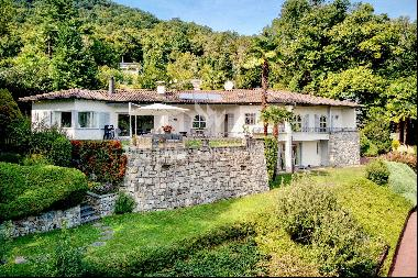 Lugano-Pura: elegant villa for sale with swimming pool inside the large guest house