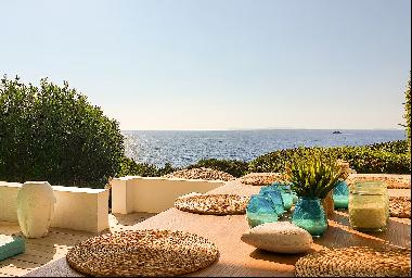Cozy 3-bedroom house with stunning sea views and water access