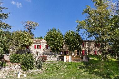 Stone-built property located between the  villages of Forcalquier and Mane, with a beautif